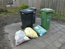 Het wordt een zooitje: Afgekeurde pmd-zakken blijven liggen en waaien weg