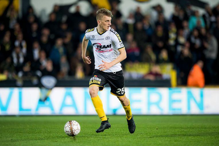 Jakov Filipovic kijkt waar hij de bal kwijt kan.