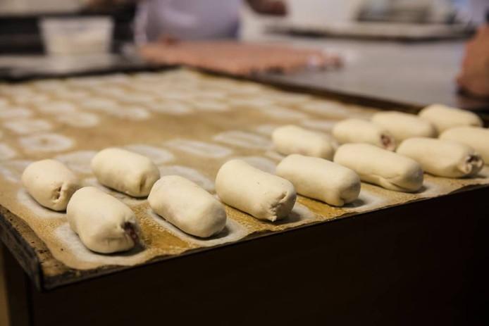 Bart Houben (links) werkt samen met ervaren bakkers. foto's Ton van de Meulenhof