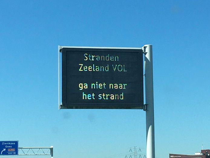 'Ga niet naar het strand', waarschuwt Rijkswaterstaat.