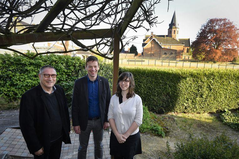 Pat Vanderhaeghe, Wim Smet en Sophie De Winter in de tuin van De Wijngaard.