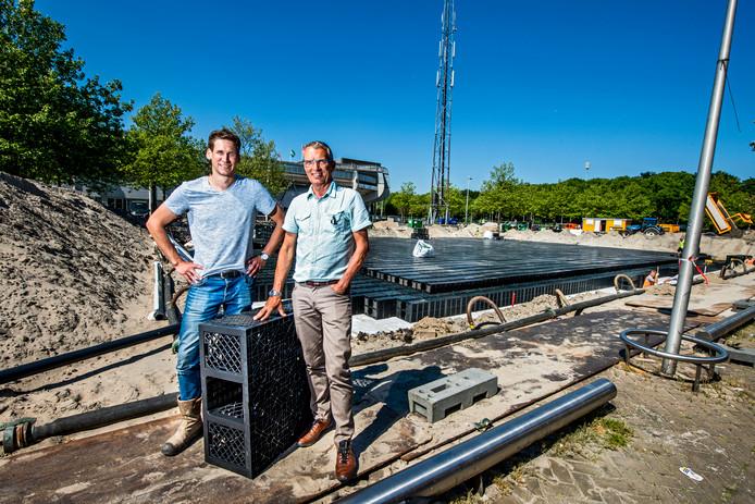 Koen Zuurbier (links) en Rob Zwinkels bij de kratten waarin straks het water wordt opgevangen.