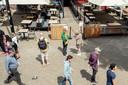 Nieuwmarkt, een paar mensen wachten bij de Waag.
