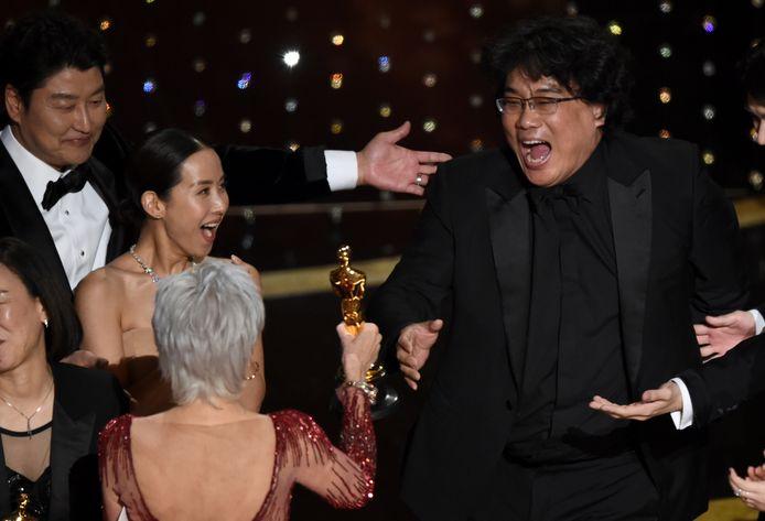 Regisseur Bong Joon-ho van de film Parasite gaat uit zijn dak als hij één van de Oscars in ontvangst mag nemen.