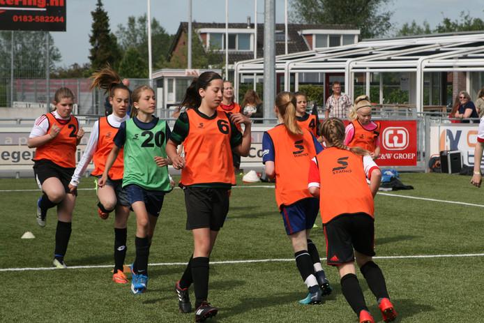 Jonge voetbalsters van SteDoCo dromen van net zo'n carrière als Lieke Martens (links).