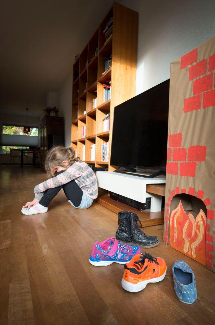 Meisje is verdrietig omdat zij geen kadootjes in haar schoen krijgt met sinterklaas.