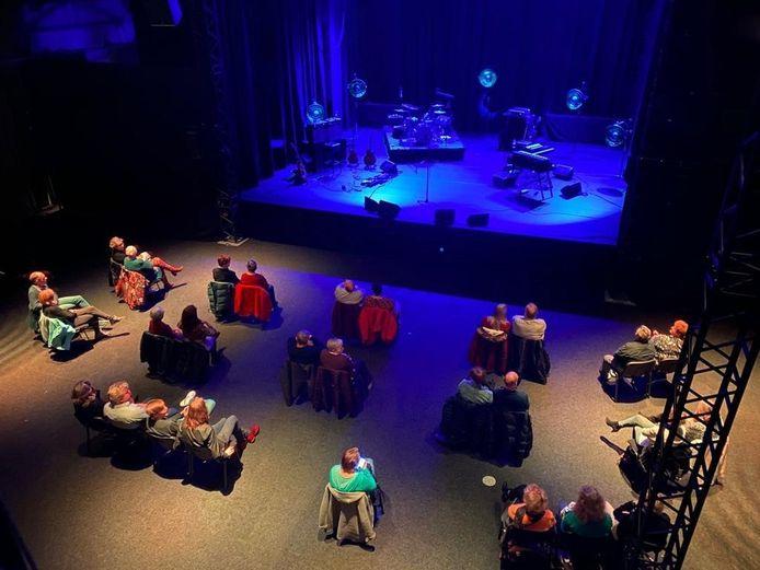 In de evenementenhal die wordt gebruikt als theaterzaal wacht het publiek in ruime opstelling op het optreden van Karin Bloemen.