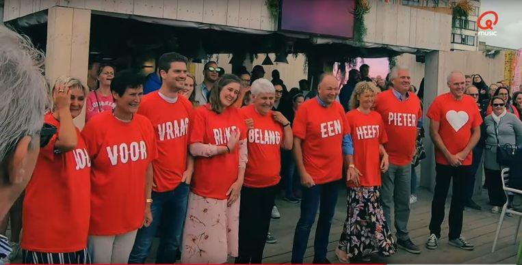 De familie van Sara, met de rode t-shirts. Ze hadden wel even moeite om in de juiste volgorde te staan, met hun boodschap 'Pieter heeft een belangrijke vraag voor jou'.