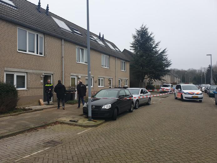 De politie doorzoekt de woning waar het drama zich afspeelde.