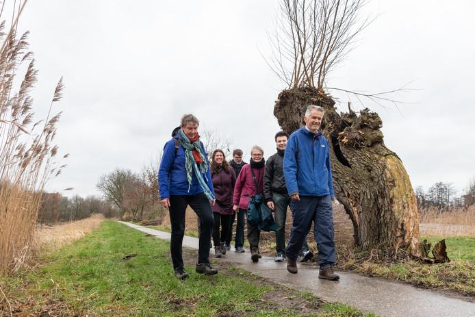 Arnold Huisman gidst wandelaars door het leven van Johan van Oldenbarnevelt. De tocht voert onder meer langs het Valleikanaal.