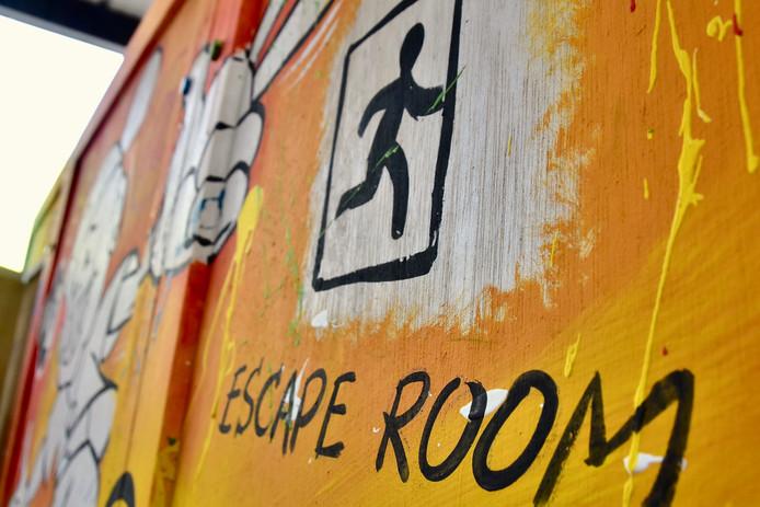 De escape room van de politiezone RIHO is een houten constructie die in twee uur tijd opgebouwd wordt en telkens zowat een week lang gebruikt zal worden in de scholen die er om vragen.