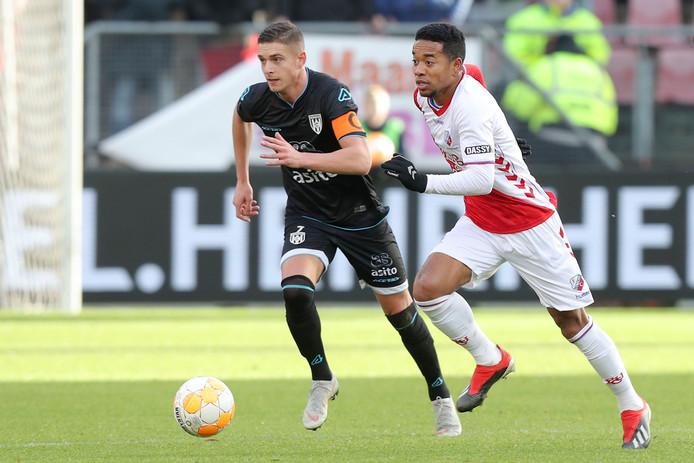 Kristoffer Peterson droeg de aanvoerdersband in Utrecht. Hier in duel met uitblinker Urby Emanuelson.