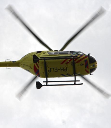 Traumahelikopter haalt gewonde ruiter van heide Doornspijk