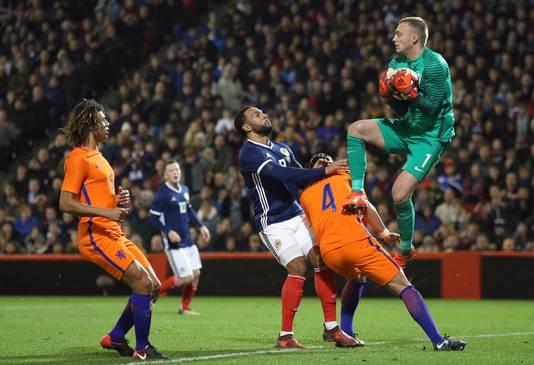 Jasper Cillessen vangt de bal.