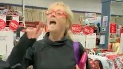 Vrouw treitert klanten met mondmasker in winkel