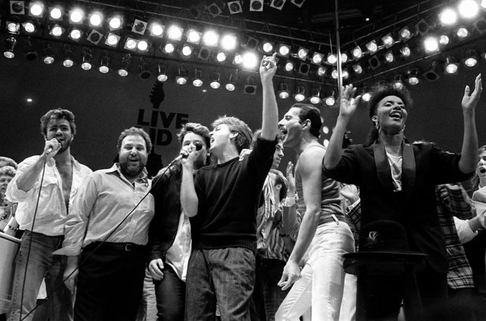 Het meest bekende benefietconcert is misschien wel Live Aid dat in 1985 in Londen werd gehouden. Op deze foto:  George Michael, concertpromoter Harvey Goldsmith, Bono van U2, Paul McCartney, organisator Bob Geldof en Freddie Mercury van Queen.
