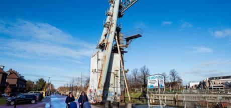 Industriële kraan langs Merwedekanaal verkocht voor 30.000 euro, grote vraag is wat nieuwe eigenaar van plan is