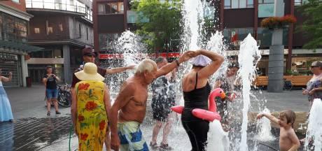 Volwassenen dansen in fontein op het Statenplein