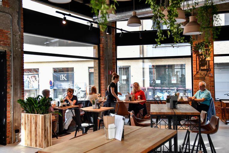 Grote glaspartijen en een hip interieur geven het eet- en drinkhuis een eigentijds karakter.