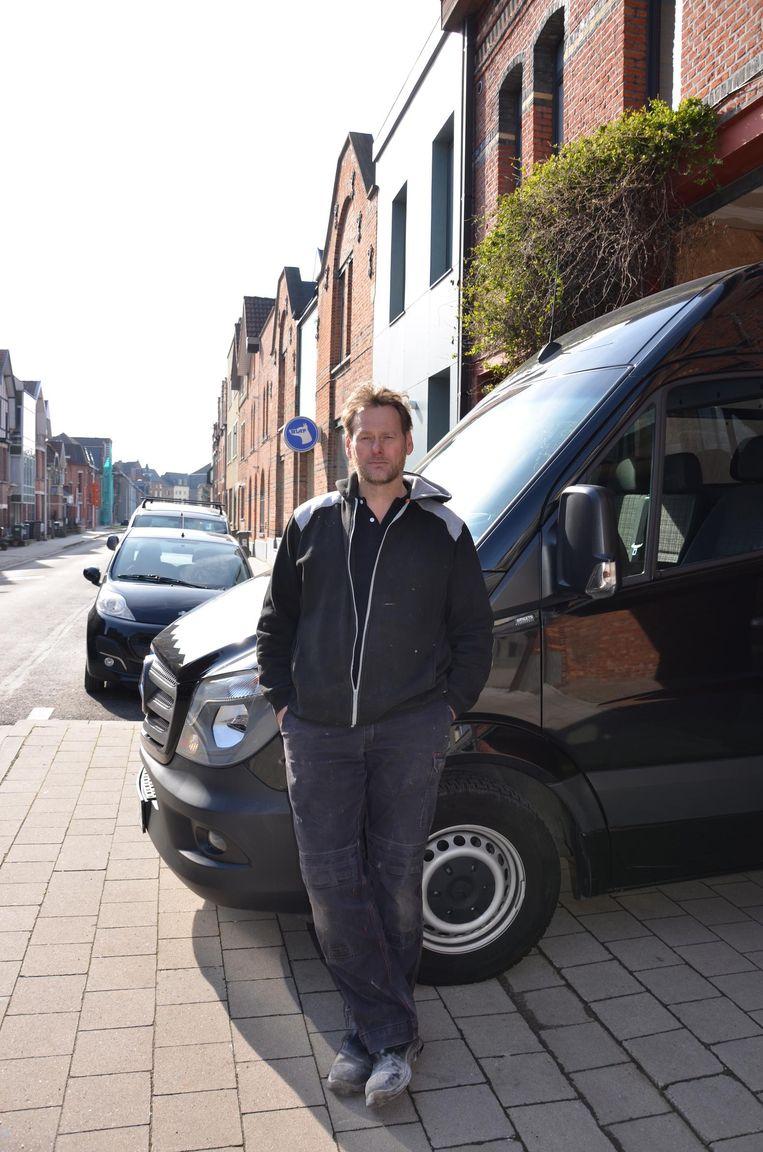 Rik Aper van Manus Atelier bij zijn nieuwe bestelwagen in de Poststraat.