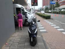 Scooterrijdster gewond na botsing op Amsterdamseweg