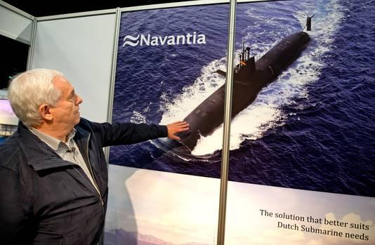 ROTTERDAM - Johan Kragten kijkt naar het ontwerp voor een onderzeeboot van Navantia op de jaarlijkse beurs van de stichting Nederlandse Industrie voor Defensie en Veiligheid (NIDV) in Ahoy. Voor bij verhaal van Raymond Boere. FOTO BART HOOGVELD