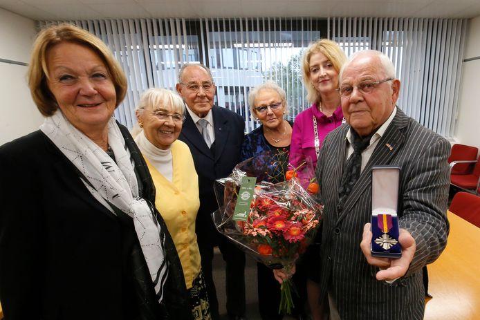 Kees Koning (rechts) toont het Mobilisatie-Oorlogskruis. Gera, Corrie, Jouke, Nelly en burgemeester Reinie Melissant staan naast hem.