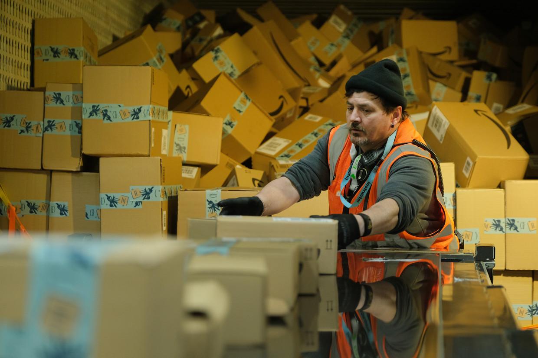 Een magazijnmedewerker van Amazon aan het werk in het distributiecentrum in het Duitse Brieselang.