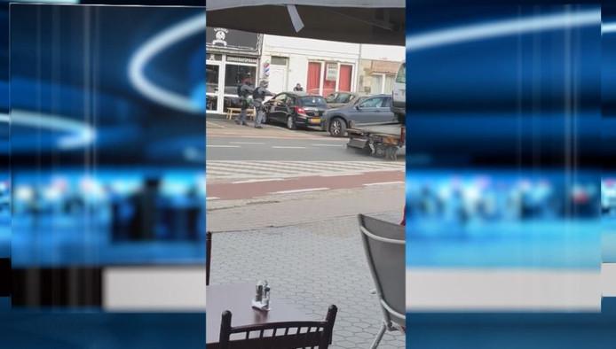 Gemaskerde mannen reden de twee verdachten klem.