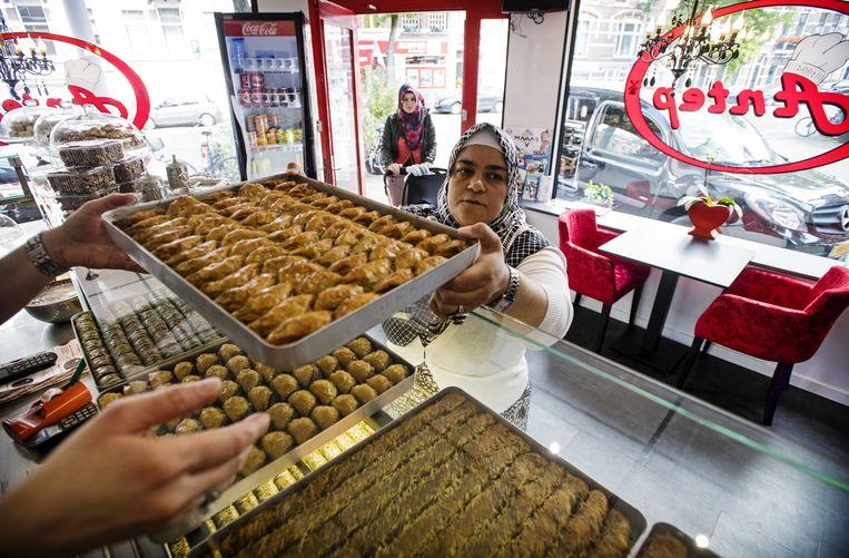 Zoetigheden voor het Suikerfeest bij een Turkse bakker. Beeld anp