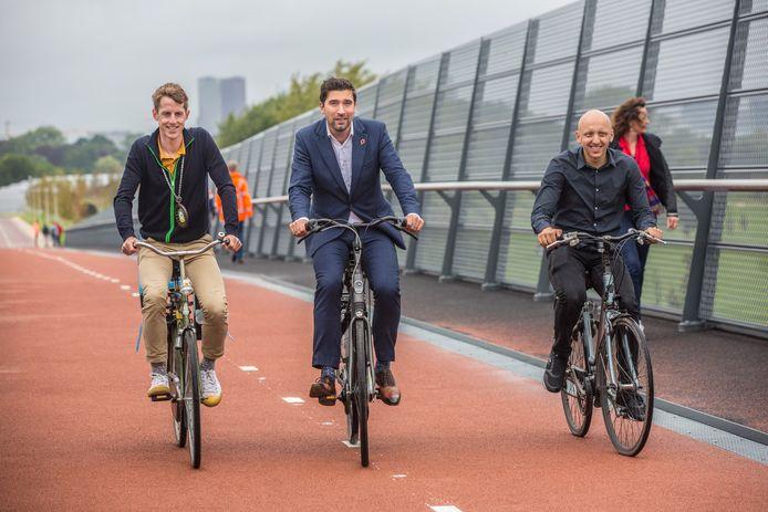 Wethouder Robert van Asten (m) opende vanmiddag het nieuwe fietsviaduct over de A4.