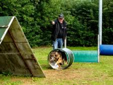 Foei! In nieuw trainingscentrum in Bathmen tikt Ronnie Cellarius juist hondenbaasjes op de vingers