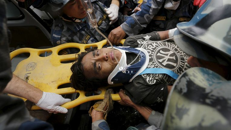De 15-jarige Pema Lama werd vandaag levend onder het puin vandaan gehaald in Kathmandu. Beeld reuters