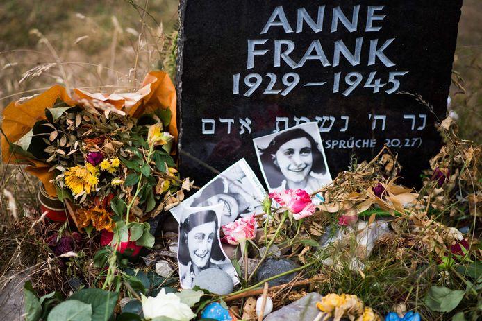 Parmi les victimes de la déportation des Juifs, aux Pays-Bas, figure Anne Frank. L'adolescente de 15 ans est devenue célèbre dans le monde entier après la publication de son journal intime rédigé entre 1942 et 1944 alors qu'elle et sa famille se cachaient dans un appartement clandestin à Amsterdam. Arrêtée en 1944, elle est morte l'année suivante au camp de concentration de Bergen-Belsen