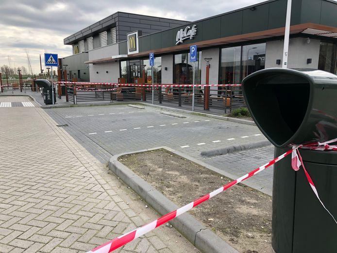 Het restaurantgedeelte van McDonald's is dicht. Met afzetlinten worden klanten naar de afhaalbalies geleid.