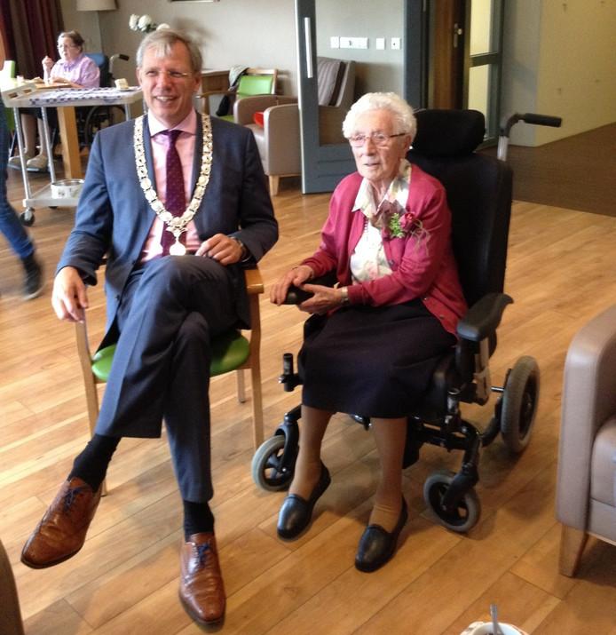 Sinds 2012 is burgemeester Visser vaste gast op de verjaardag van mevrouw Haitjema.