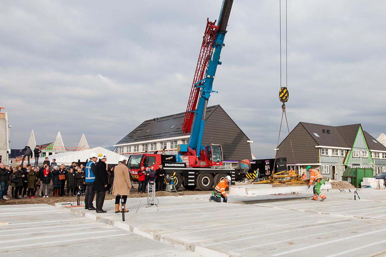 Archiefbeeld: Wethouder Van den Heuvel geeft officieel startsein bouw nieuw Weideveld in Bodegraven.