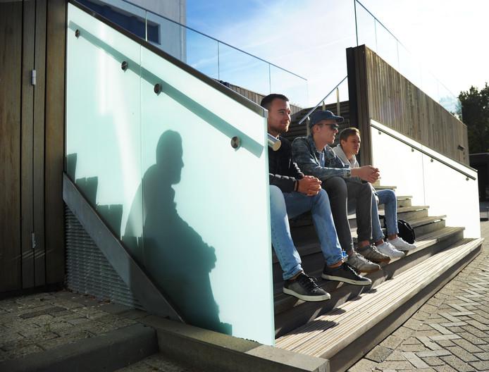 Remco Griffioen, Alvin Traas en Jules de Smit zijn vierdejaars deltamanagement: ze houden pauze op de trappen bij de ingang van het HZ-gebouw in Middelburg.