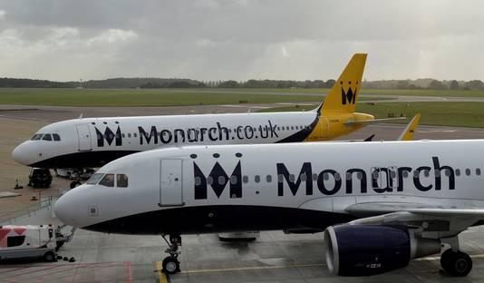 Twee toestellen van Monarch staan werkloos op de luchthaven van Luton.