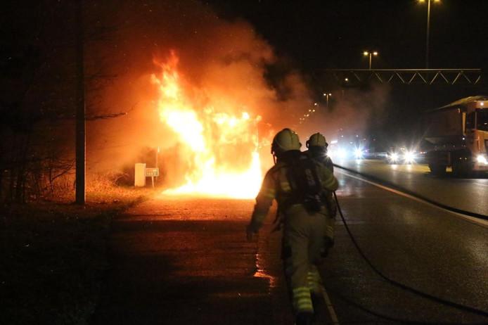 De brandweer snelt naar een brandende vrachtwagen langs de A50 bij Loenen.