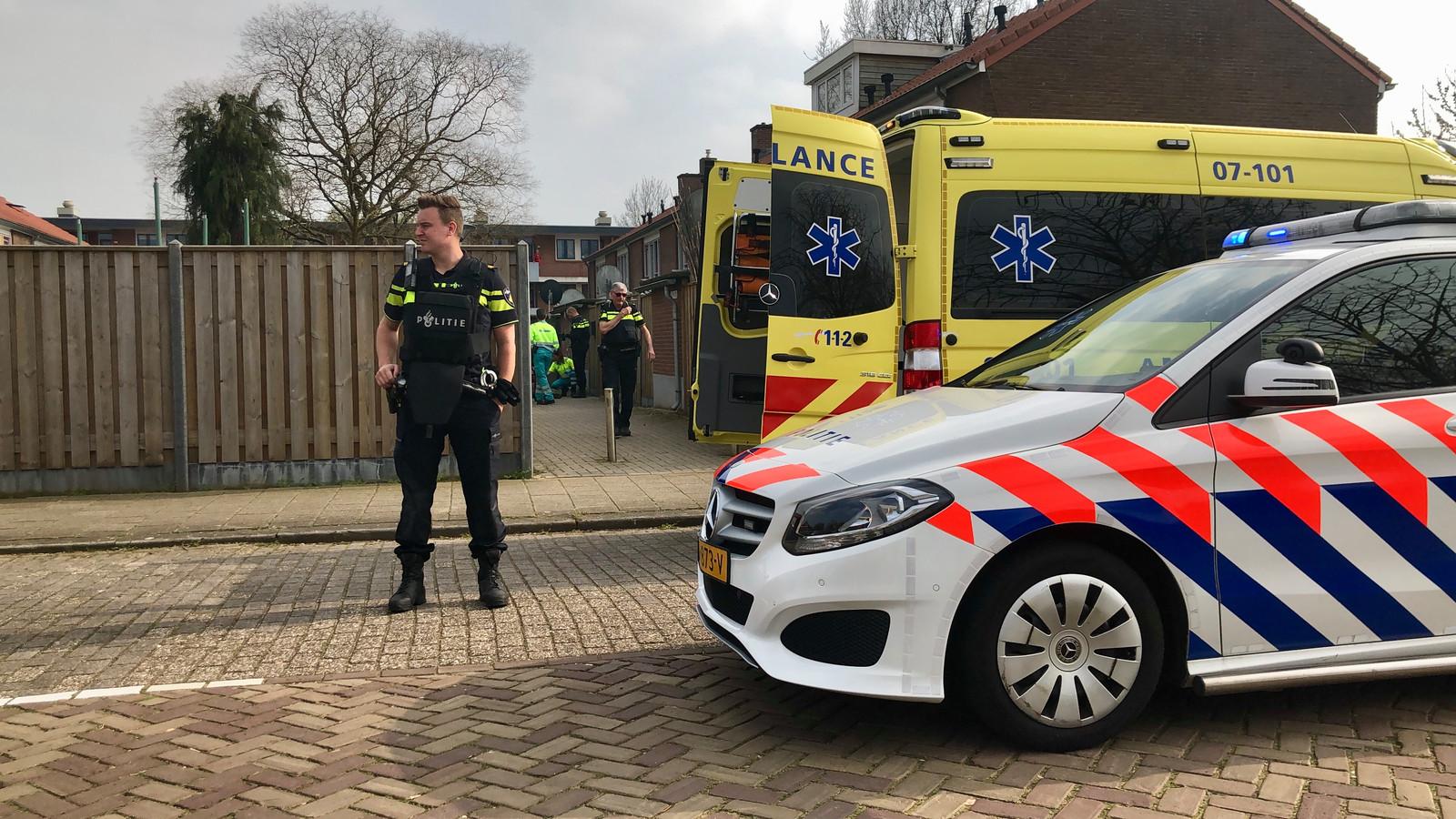 Een politie agent bij de plaats waar de man is gevonden.