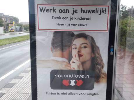 Reclameposters Second Love beplakt met mysterieuze sticker in Monster: 'Werk aan je huwelijk, denk aan je kinderen'
