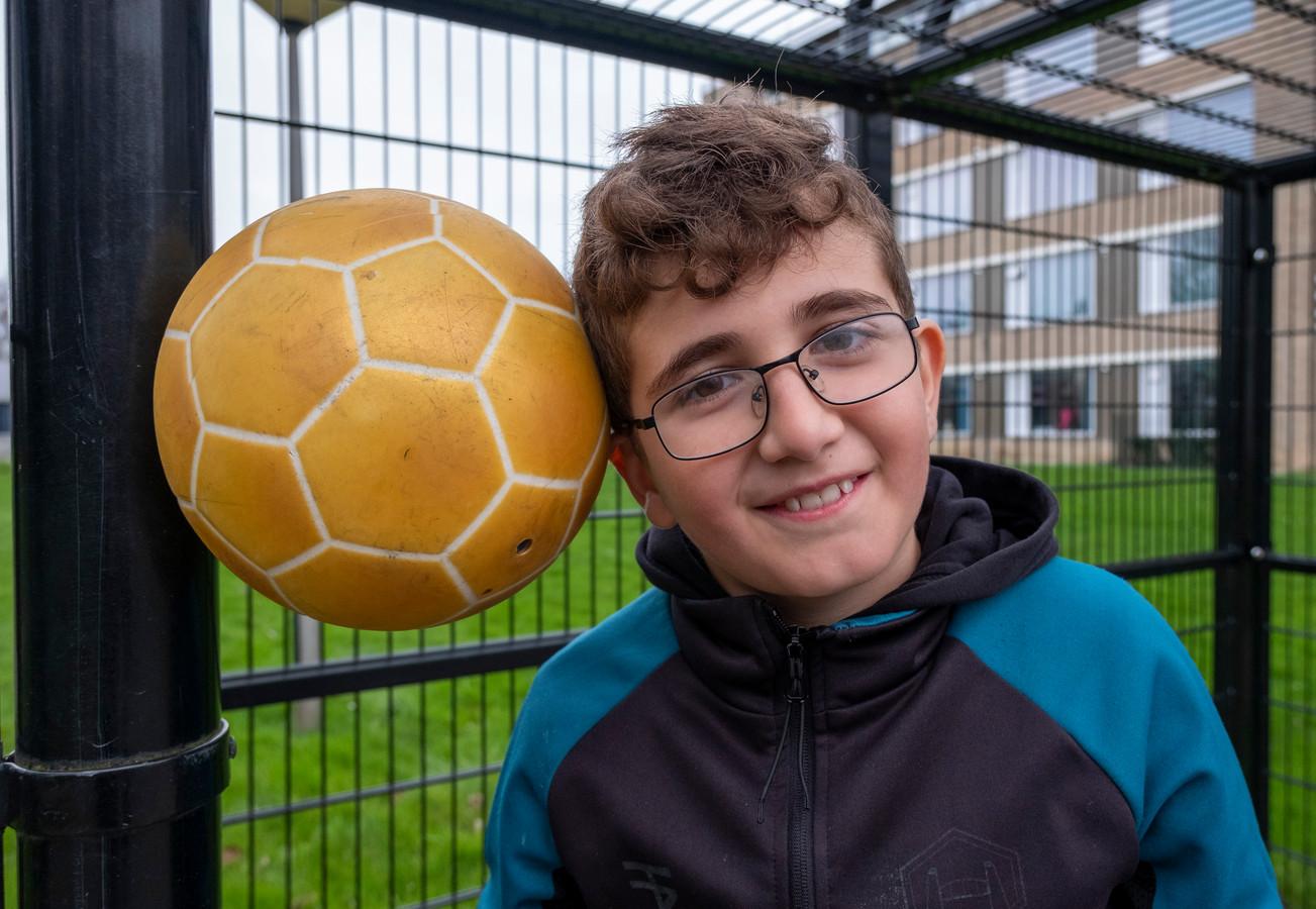 Eyup - Job voor zijn Middelburgse klasgenoten - wil graag blijven voetballen voor Jong Ambon.