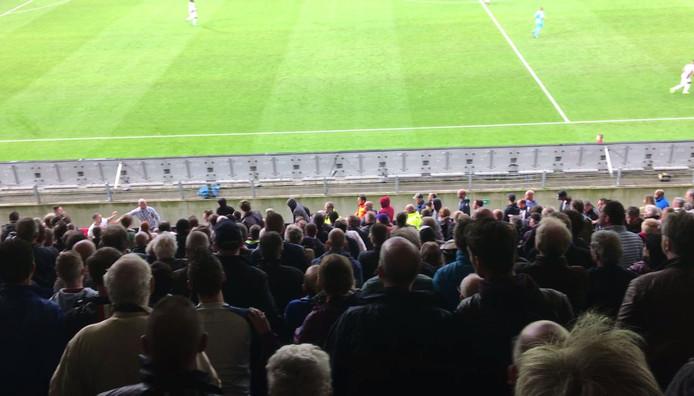 Enkele Willem II-supporters gingen op de vuist met supporters van Feyenoord.