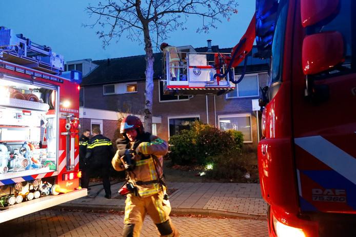 Met een hoogwerker wist de brandweer een man en zijn drie kinderen van de zolder van een brandende woning te halen. Die brand had hij zelf aangestoken, bleek later.