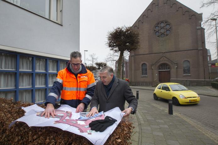 Projectleider Ruud Temme (links) en wethouder John Verheijen met het nieuwe centrumplan.