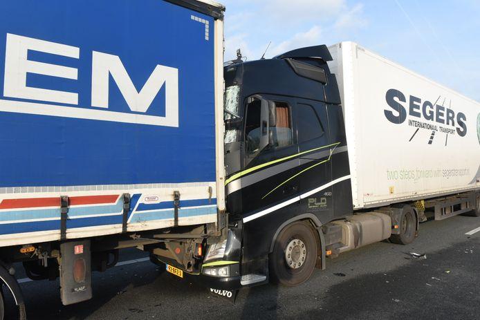 De bestuurder van de achterste vrachtwagen raakte lichtgewond.
