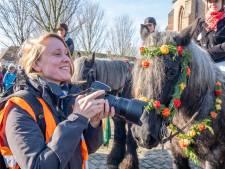 Paard en berijder staan strak in het gelid voor portrettenserie Janne van Gilst over de Straô