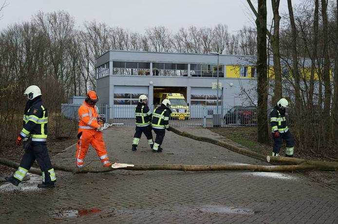 De ambulance maakt de uitrit van de ambulancepost in Beuningen weer vrij.