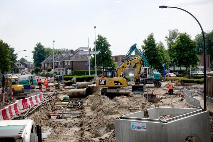 De rotonde is sinds begin deze week stevig op de schop gegaan. Eind volgende week is ie klaar, daarna volgt de rest van de Deurningerstraat.